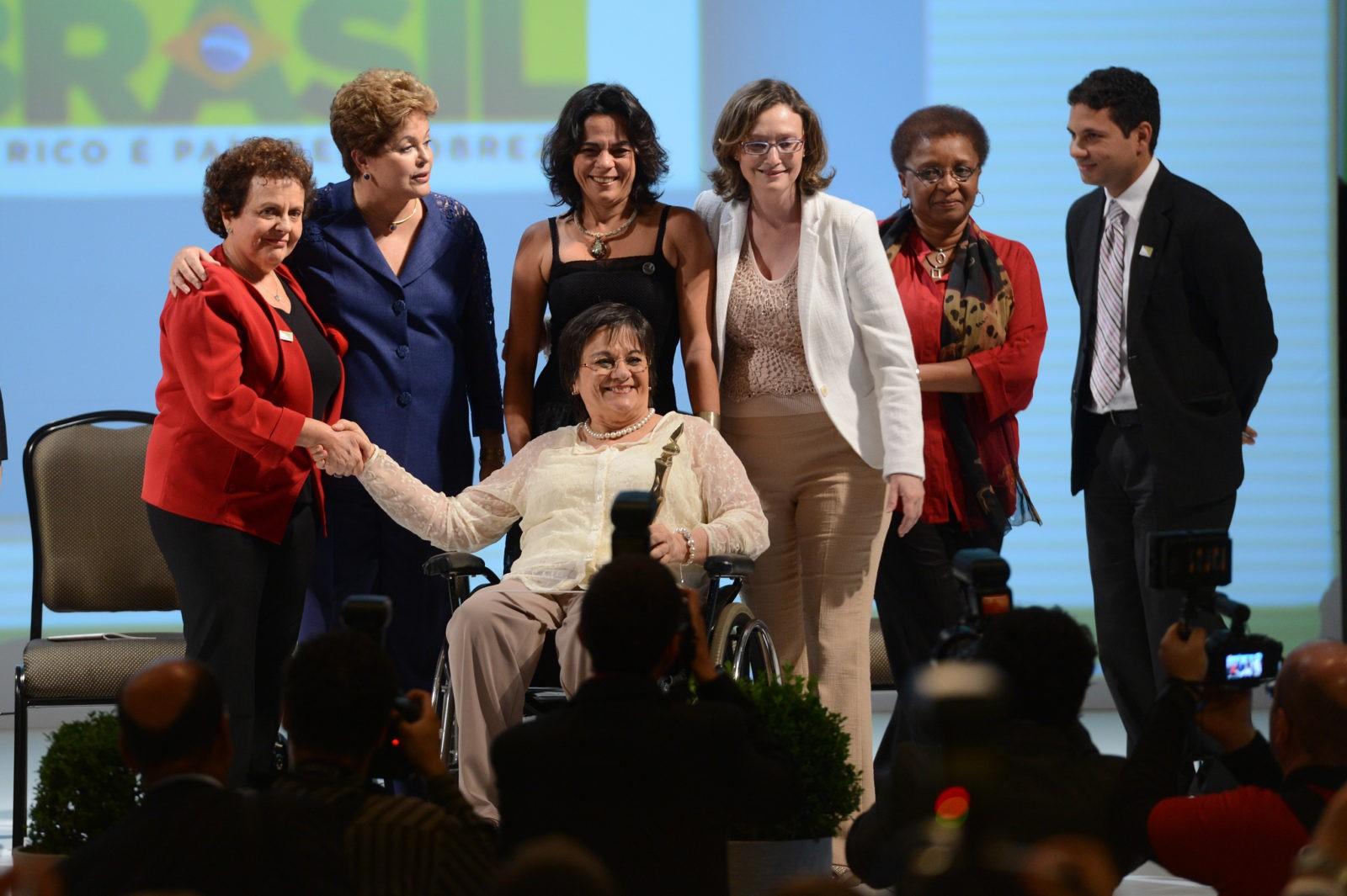Brasília - A presidenta Dilma Rousseff participa da cerimônia de entrega do Prêmio Direitos Humanos 2013, durante o Fórum Mundial de Direitos Humanos.  Na foto, Maria de Penha Maia Fernandes, que inspirou a Lei Maria da Penha que combate a violência doméstica, recebe o prêmio na categoria Igualdade de Gênero