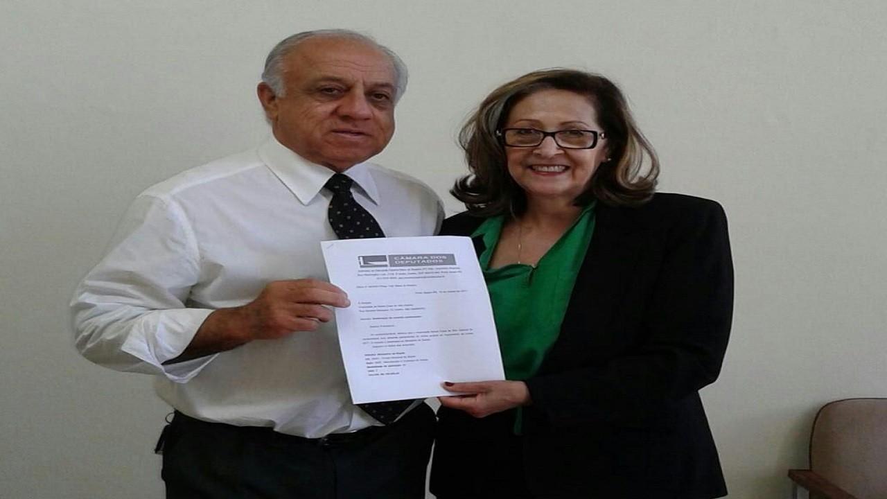 Legenda: Apoiadora Tani entrega emenda para Hospital Santa casa. Foto: Divulgação