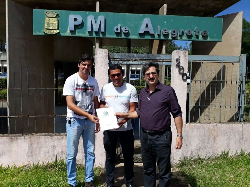 Assessor entrega emenda em Alegrete.  Foto: Divulgação
