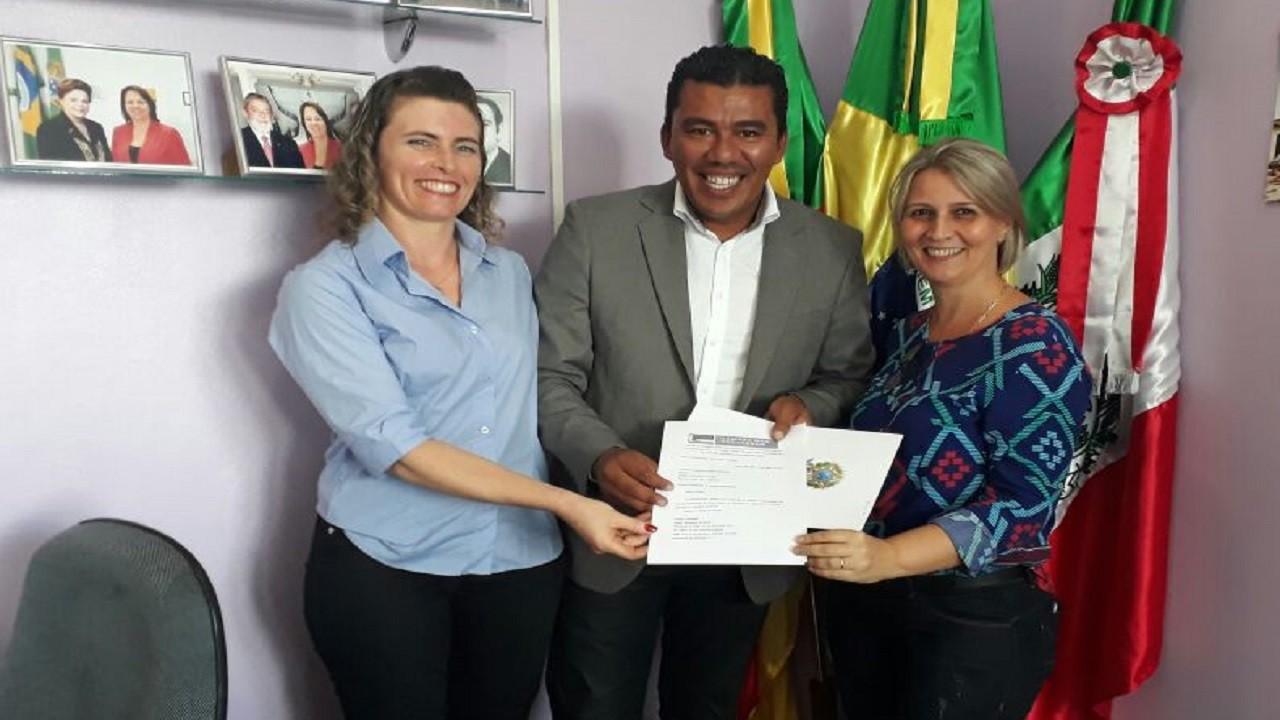 Primeira-dama e vereadora recebem ofício de emenda para Aratiba Foto: Divulgação