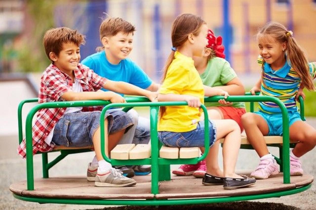 20170822-criancas-brincando-e-rindo-com-o-carrossel_1098-4055